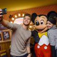 Rayane Bensetti et Denitsa Ikonomova ont passé une journée au parc Disneyland à Marne-la-Vallée. Janvier 2015.