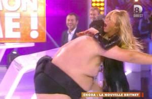 Enora Malagré joue les Britney Spears sexy et se blesse à cause d'un sumo