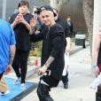 Justin Bieber, les cheveux blond platine, fait des selfies avec ses fans à Burbank, le 7 décembre 2014