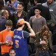 Justin Bieber discute avec le pasteur Jesse Jackson lors du match des New York Knicks à New York, le 29 octobre 2014