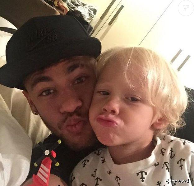 Neymar avec son fils Davi Lucca le 2 février 2015