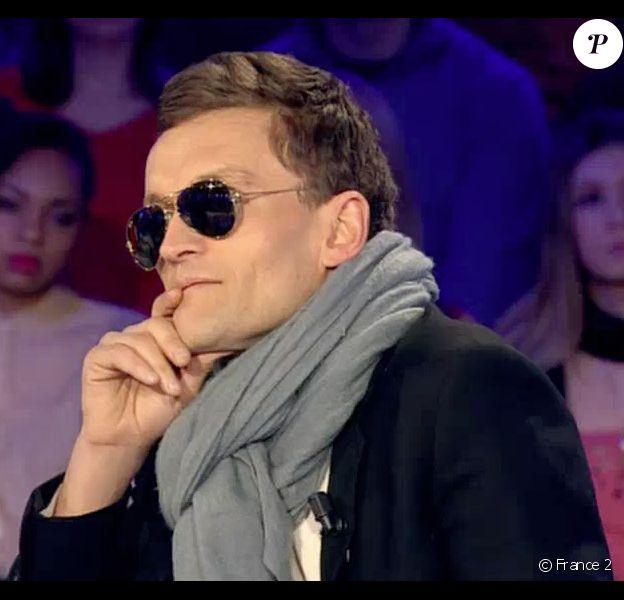 L'écrivain Sylvain Tesson, le visage paralysé, revient sur son accident dans On n'est pas couché sur France 2. Le 7 février 2015.