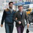 Jesse Tyler Ferguson et son mari Justin Mikita se promenent dans les rues de New York, le 17 novembre 2013.