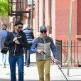 """L'acteur Jesse Tyler Ferguson, de la serie """"Modern Family"""", a dejeune avec son compagnon Justin Mikita a New York. Le couple est ensuite alle promener leur chien. Le 6 mai 2013"""
