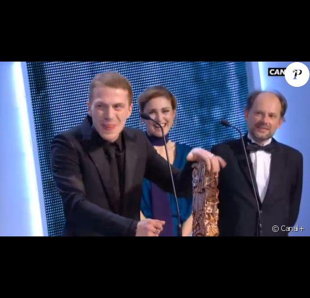 Kévin Azaïs obtient le César du meilleur second rôle pour Les Combattants - 20 février 2015. Il lui a été remis par Julie Gayet et Denis Podalydès