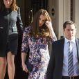 Kate Middleton, duchesse de Cambridge, enceinte de plus de 7 mois, quitte The Goring Hotel dans le quartier de Belgravia à Londres le 2 mars 2015 après avoir pris part à la célébration de ses 105 ans. C'est dans ce palace proche de Bukingham qu'elle avait passé sa dernière nuit avant son mariage avec le prince William, en avril 2011.