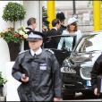 Carole Middleton quitte le Goring Hotel pour se rendre à l'abbaye de Westminster pour le mariage de sa fille Kate Middleton avec le prince William, le 29 avril 2011