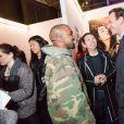 Kanye West et les créateurs Humberto Leon et Carol Lim (à droite) au showroom des prétendants au LVMH Prize, avenue Montaigne. Paris, le 4 mars 2015.