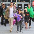 Brad Pitt et Angelina Jolie avec leurs enfants à Los Angeles, le 5 février 2014.