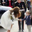 Kate Middleton, enceinte, est accueillie le 12 mars 2015 par Zac Barker, 4 ans, qui joue Master George dans Downton Abbey, aux studios Ealing où est tournée la série, à Londres.