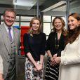 La duchesse Catherine de Cambridge, enceinte de huit mois, en visite le 12 mars 2015 aux studios londoniens Ealing, où est tournée la série Downton Abbey