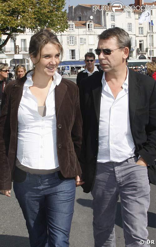 Philippe Torreton et sa femme Elsa, enceinte, à la Rochelle