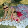 """L'ancienne mannequin de Playboy, Holly Madison, pose avec sa fille Rainbow lors du pique-nique """"Forever Home Family Picnic"""" à Las Vegas, le 3 novembre 2013."""