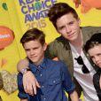 Brooklyn Beckham et ses deux petits frères Romeo (à gauche) et Cruz (à droite) assistent à la 28e édition des Kids Choice Awards, au Forum. Inglewood, Los Angeles, le 28 mars 2015.