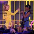 """Iggy Azalea et Jennifer Hudson interprètent la chanson """"Trouble"""" lors des 28e Kids Choice Awards, au Forum. Inglewood, Los Angeles, le 28 mars 2015."""