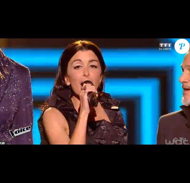 La chanteuse Jenifer sublime en robe Junya Watanabe - Premier live de The Voice 4 sur TF1. Samedi 4 avril 2015.