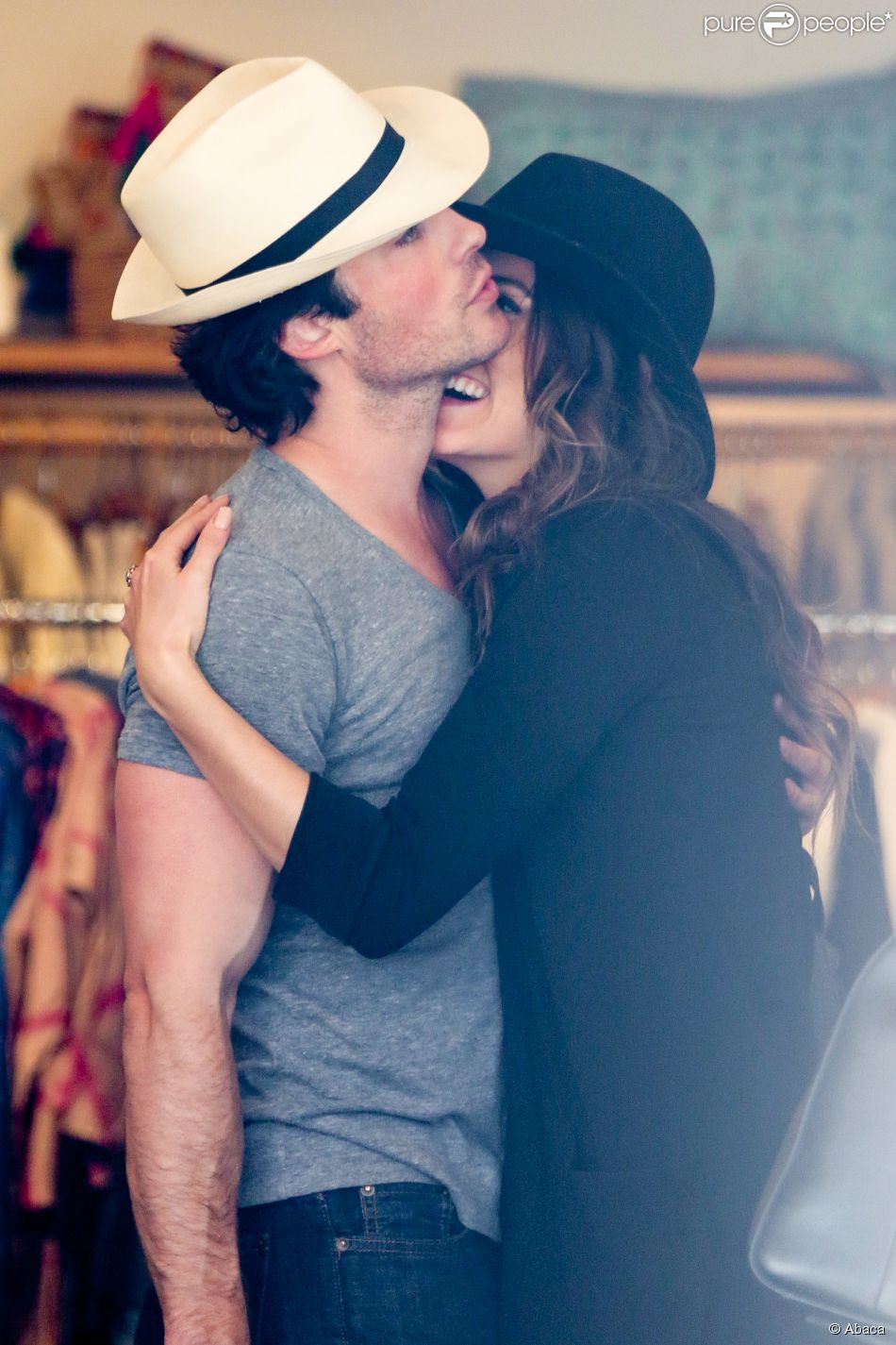 Nikki Reed et Ian Somerhalder font du shopping en prévision du festival Coachella, à Venice, Los Angeles, le 6 avril 2015