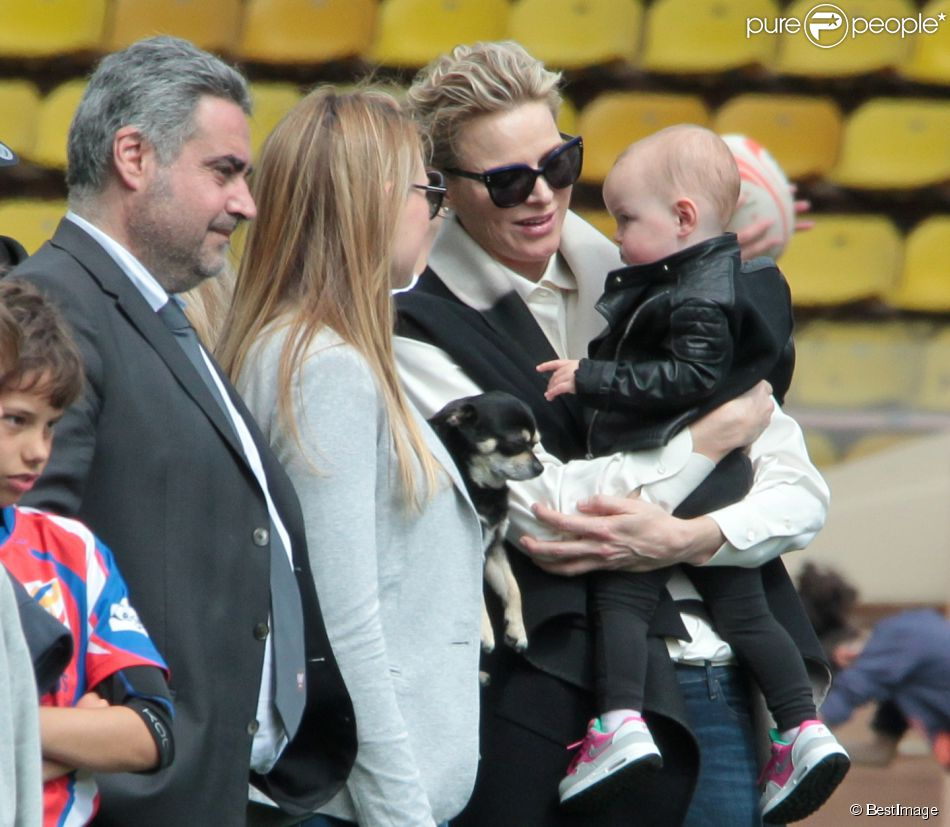 """La princesse Charlène de Monaco porte sa nièce Kaia, la fille de son frère Gareth, en compagnie de sa future belle soeur Roisin Galvin lors de la 5e édition du """"Tournoi Sainte-Dévote"""" organisé par la Fondation Princesse Charlène de Monaco et la Fédération Monégasque de Rugby au Stade Louis II à Monaco, le samedi 11 avril 2015."""