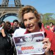 Frigide Barjot au rassemblement au Champ-de-Mars à Paris le 14 Avril 2015 pour les 219 lycéennes enlevées par Boko Haram il y a un an.