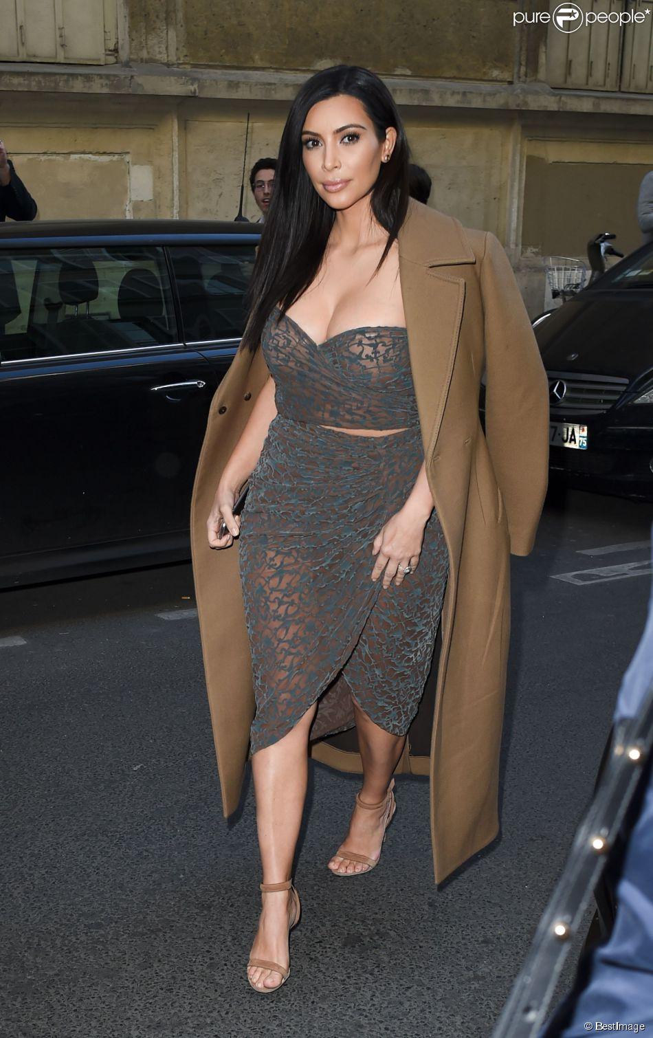Kim Kardashian Arrive Au Restaurant Ferdi Habill E D 39 Un Manteau C Line Collection Automne