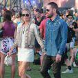 Kate Bosworth, vêtue d'une veste Etro, d'une robe blanche Kempner, d'un sac Coach (modèle Dakotah) et de bottines de sa collection pour Matisse (modèle Charlotte), assiste au festival de Coachella avec son mari Michael Polish. Indio, le 11 avril 2015.