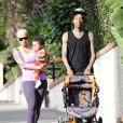 Amber Rose et son mari Wiz Khalifa promenent leur fils Sebastian a Los Angeles le 28 janvier 2014.