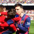 """"""" Lionel Messi avec sa compagne Antonella Rocuzzo et leur fils Thiago Messi - Les joueurs du FC Barcelone posent avec leurs enfants avant le match contre Rayo Vallecano à Barcelone, le 8 mars 2015. """""""