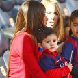 Antonella Rocuzzo, la compagne de Lionel Messi et son leur fils Thiago - Les joueurs du FC Barcelone posent avec leurs enfants avant le match contre le Rayo Vallecano à Barcelone, le 8 mars 2015.