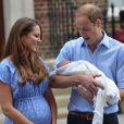 Kate Middleton et le prince William présentant le prince George de Cambridge devant la maternité de l'hôpital St Mary, le 23 juillet 2013, au lendemain de sa naissance.