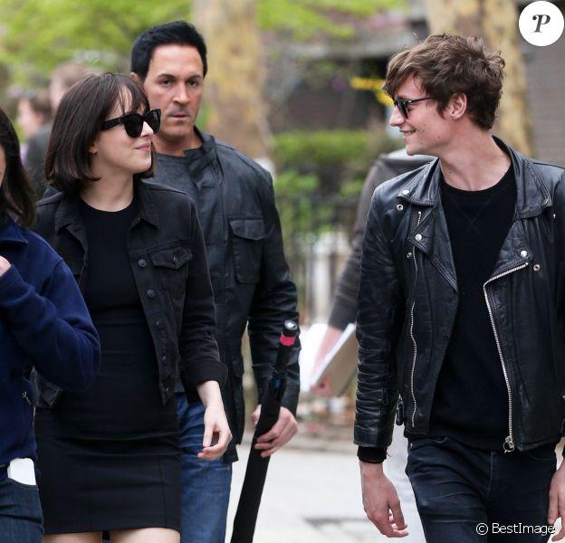 """Dakota Johnson et son petit ami Matthew Hitt à la sortie du tournage de """"How To Be Single"""" à New York, le 27 avril 2015."""