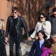 Dakota Johnson main dans la main avec son boyfriend Matthew Hitt à New York le 27 avril 2015.
