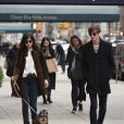 Dakota Johnson promène son chien avec un ami à New York, le 9 avril 2015. Matthew Hitt, son ex-boyfriend, l'accompagne.
