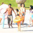 Exclusif - Selena Gomez se baigne avec des amis sur une plage de Puerto Vallarta, au Mexique, le 18 avril 2015.