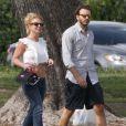 Britney Spears regarde ses fils Sean et Jayden jouer au football en compagnie de son petit ami Charlie Ebersol à Calabasas le 15 mars 2015. Calabasas