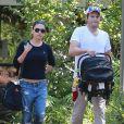 Exclusif - Mila Kunis et son fiancé Ashton Kutcher vont rendre visite à des amis avec leur fille Wyatt à Los Angeles, le 12 avril 2015.