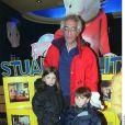 Gérard Darmon et ses enfants Sarah et Jules à l'avant-première de Stuart Little à Paris le 17 février 2000