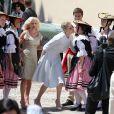 Le prince Albert II de Monaco et la princesse Charlene sur la place du Palais après le baptême de Jacques et Gabriella en la cathédrale Notre-Dame-Immaculé de Monaco le 10 mai 2015