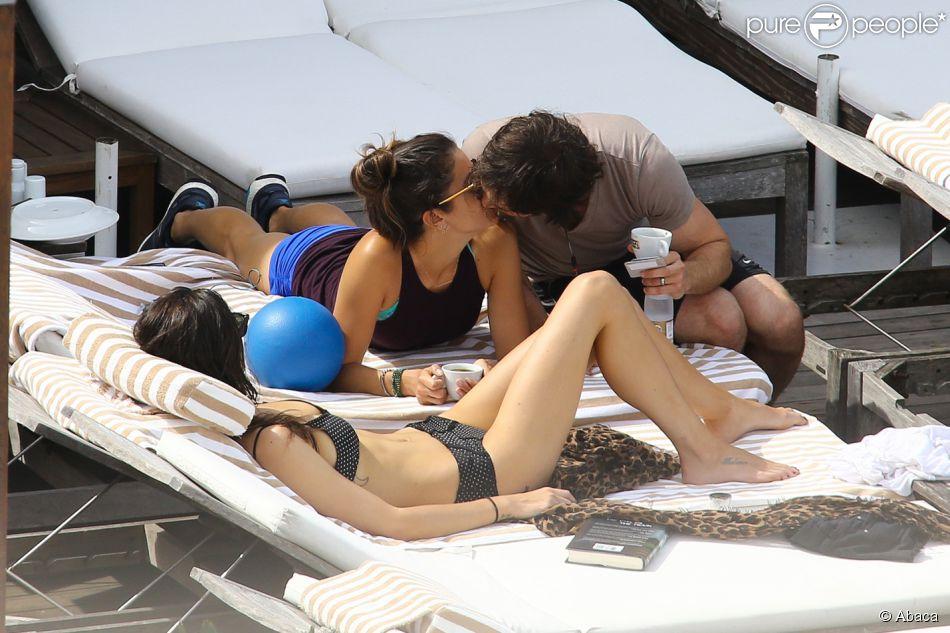 Nikki Reed et Ian Somerhalder, en lune de miel au Brésil prennent le soleil sur la terrasse de leur hôtel Fasano avec l'actrice Phoebe Tonkin qui n'est autre que la petite-amie de Paul Wesley , le 8 mai 2015