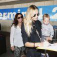 Natasha Poly arrive à Cannes avec sa fille Aleksandra et son mari