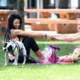 Nikki Lund fait du yoga avec une amie dans un parc à Beverly Hills, le 10 mai 2015