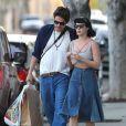 Katy Perry et son petit ami John Mayer se baladent et font du shopping à Hollywood. Katy ne porte plus l'alliance qu'elle avait à l'annulaire gauche lors de la Saint-Valentin alors que des rumeurs de fiançailles se font de plus en plus préssantes. Le 16 février 2014