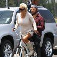 Pamela Anderson fait du vélo avec son mari Rick Salomon à Malibu, le 8 juin 2014.