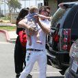 Exclusif - David Arquette se promène en famille avec sa femme Christina McLarty et leur fils Charlie à Malibu, le 24 mai 2015