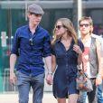Eddie Redmayne et sa femme Hannah Bagshawe se promènent main dans la main dans les rues de New York, le 5 mai 2015.