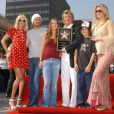 Rod Stewart en famille (avec Renée et Liam Stewart à sa droite et sa gauche) inaugure son étoile sur le Hollywood Walk of Fame. Los Angeles, octobre 2005.