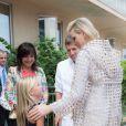 La princesse Charlene de Monaco était le 1er juin 2015 en visite à la maternité du centre hospitalier Princesse Grace pour féliciter, à l'occasion de la Fête des Mères, six jeunes mamans et leur offrir une médaille pour leurs bébés. Elle a également rencontré des membres de la Croix-Rouge monégasque.