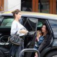 Exclusif - Premières images de Elisabetta Canalis enceinte à Los Angeles le 22 mai 2015. La belle enlève son pull et dévoile son ventre rond.