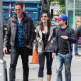 """Daniel Radcliffe et sa compagne Erin Darke se baladent avec l'acteur Will Arnett à New York, le 5 juin 2015."""