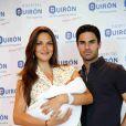 Mikel Arteta et sa femme Lorena Bernal, ex-Miss Espagne, présentent leur bébé Oliver à Majorque, le 7 juin 2015.