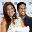 Mikel Arteta et son épouse Lorena Bernal, ex-Miss Espagne, présentent leur bébé Oliver à Majorque, le 7 juin 2015.